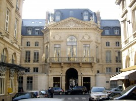 Palais-Royal_-_Rue_de_Valois_-_Place_de_Valois,_Paris_1