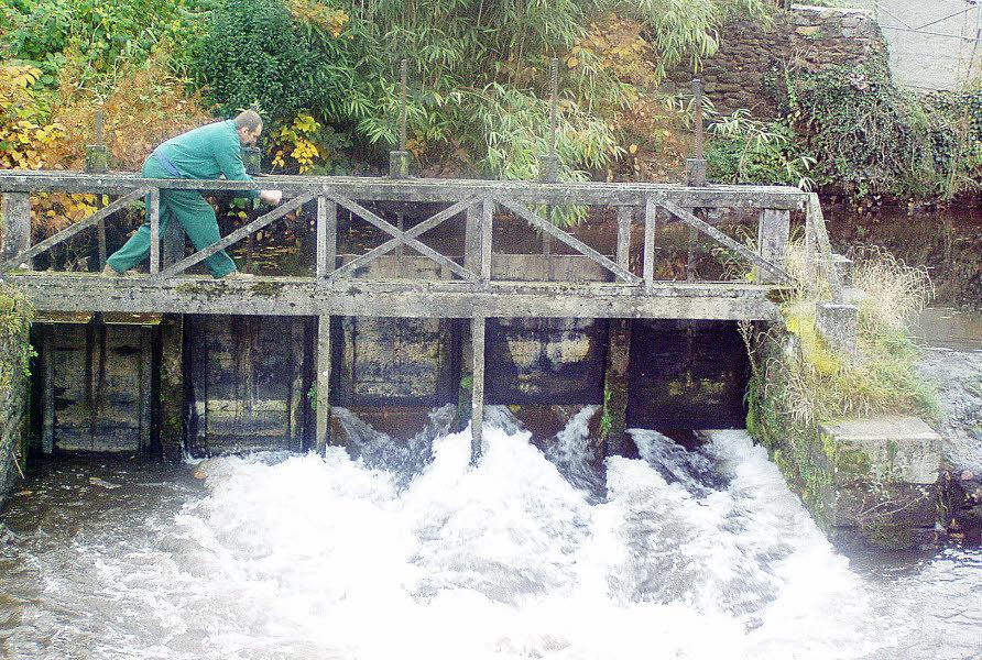 Les vannes du déversoir du Guic ont été ouvertes Durant l'été, les vannes de l'ancien moulin du Guic, restent fermées et créent un plan d'eau dans le bief, pour le tourisme et quelques activités nautiques (kayak). L'ouverture des vannes permet aux poissons de remonter vers les frayères situées en amont. Dès l'appel d'eau plusieurs saumons et truites ont franchi le déversoir par les vannes