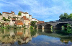 1200px-Pesmes,_le_château_et_le_pont