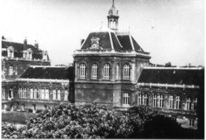 Façade camouflée du Palais Université de l'UCO (crédit photo BU Lettre - UCO)