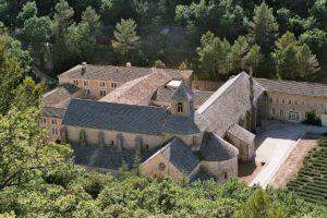 1200px-Abbaye-senanque-gordes-iso